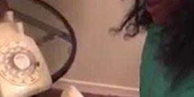 Habitet nga telefoni me numërator rrotullues, gjyshja nervozohet që mbesa 'nuk di asgjë' (Video)