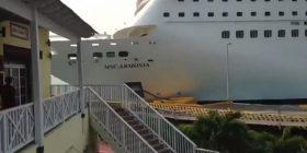 Anija gjigante dështon të ndalet në port, shkatërron disa shtëpi dhe mbetet e bllokuar në rërë (Video)