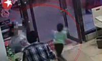E nervozonte djali i vogël në restorant, gruaja e rrëzon në tokë vogëlushin e pafajshëm në prezencë të klientëve (Video)