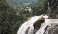 Shoferi i autobusit plot me turistë, kalon përmes rrugës më të rrezikshme në të cilën derdhet ujëvara (Video)