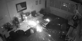 E lë laptopin të mbushet gjatë natës në zyrë, shpërthen dhe i gjithë ambienti përfshihet nga zjarri (Video)