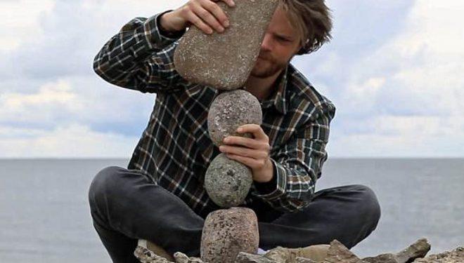 Artisti krijon statuja duke balancuar gurët, pa përdorur ndonjë ngjitës (Video)
