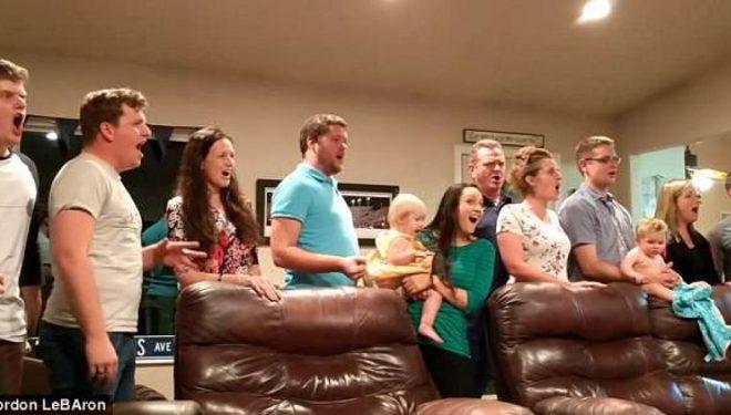 Familjarët e talentuar këndojnë në kor një pjesë nga muzikali i njohur (Video)