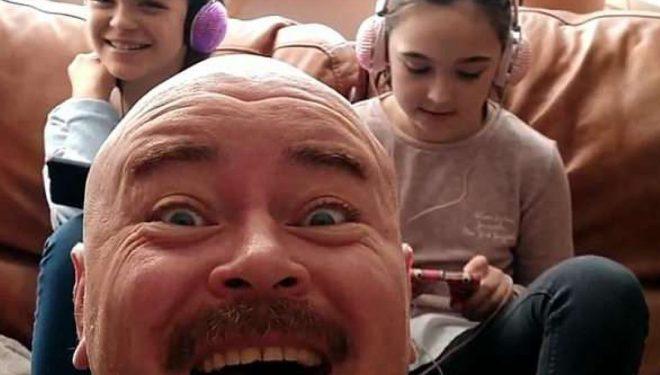 Fëmijët kalonin tërë kohën në internet, babai hapi kanal në YouTube që të komunikonte me ta (Video)