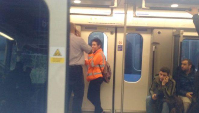 I ngecin gishtat në derën e trenit të ri, kaloi tri stacione derisa u shpëtua (Video)