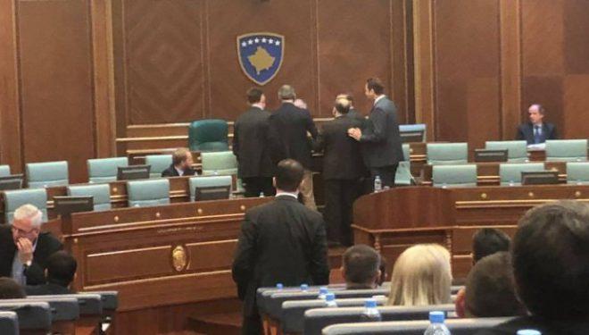 Momenti kur Anton Çuni kërkon llogari nga Xhavit Haliti tek ulësja e tij (Foto)