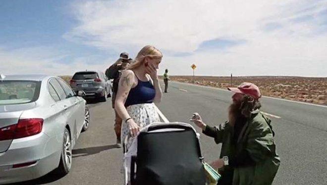Pasi i kaloi 422 ditë duke vrapuar plot 15,607 milje, burri nga Liverpuli u gjunjëzua në vijën e finishit për t'i propozuar të dashurës (Foto/Video)