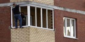 Qëndroi i varur në katin e 12-të të ndërtesës pa pajisje mbrojtëse, për t'i vendosur dritaret e reja (Video)