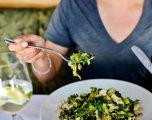Personat që hanë vetëm, janë të palumtur dhe preken nga sëmundjet mendore