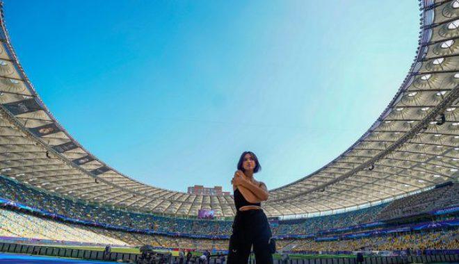 Dua Lipa mahnit në videon paralajmëruese të performancës në 'Champions League'