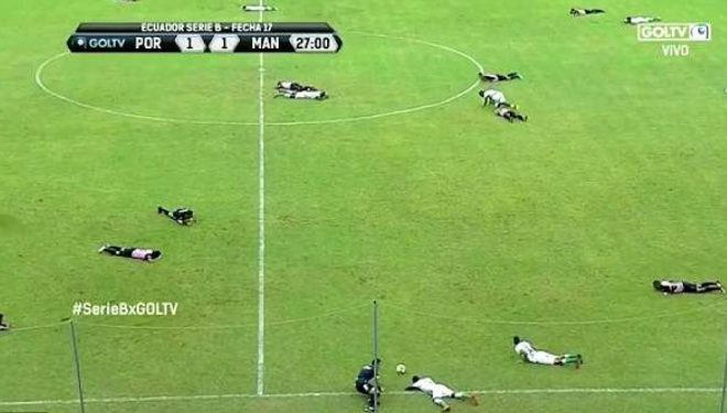 """Ndeshja e futbollit ndërpritet, stadiumi """"pushtohet"""" nga bletët – shtrihen në tokë për të shpëtuar (Foto/Video)"""
