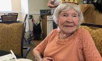 """Gjyshja nga SHBA fik 105 qirinj: """"Sekreti"""" i jetëgjatësisë? Pija birra, cigare dhe kërceja! (Video)"""
