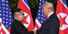 Trump dhe Kim mbajnë takimin historik