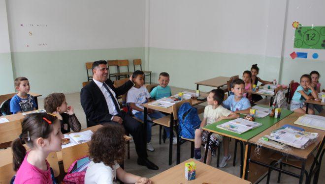 """Lutfi Haziri, viziton shkollën """"Rexhep Elmazi"""" uron Ditën e Çlirimit të Gjilanit dhe Fitër Bajramin"""