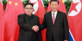 Presidenti kinez Xi takohet me udhëheqësin koreanoverior Kim Jong Un