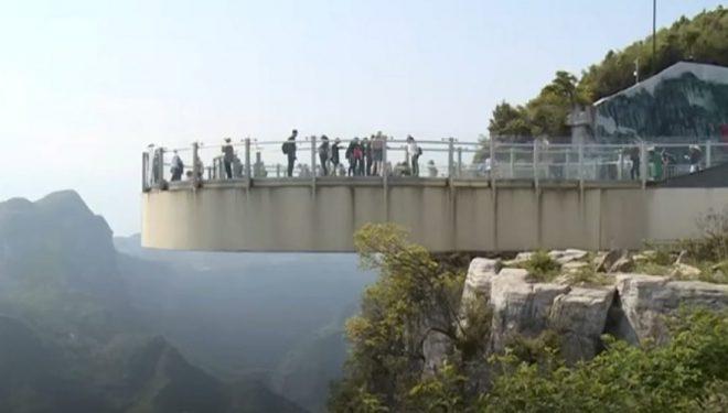 """""""Ecje në ajër"""": Harku gjigant nga xhami, përjashta shkëmbit të lartë 718 metra (Video)"""