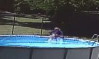 Fëmijët u zgjuan nga gjumi dhe hynë në pishinë, njëri prej tyre mbeti pesë minuta nën ujë (Video)