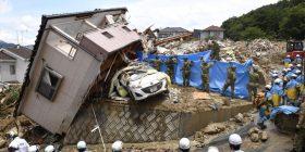 Të paktën 100 të vdekur nga shirat e rrëmbyeshëm dhe rrëshqitjet e dheut