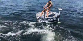 Peshkun që kishte rënë në grepin e saj, ia gëlltiti peshkaqeni gjigant (Video)