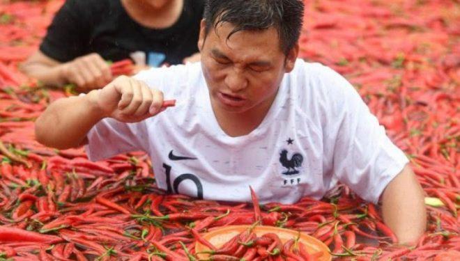 Hëngri 50 speca djegës për 68 sekonda, kinezi fiton monedhë ari 24 karatë