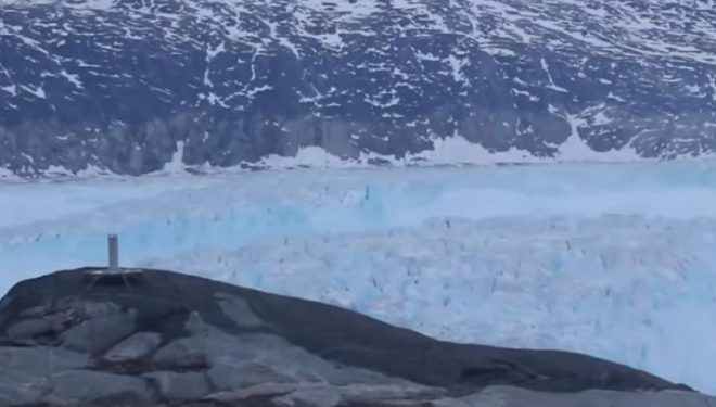 Kamerat filmojnë momentin kur ajsbergu me madhësi të Manhattanit shkëputet në Grenlandë, 10 miliardë tonë akull lundron drejt oqeanit (Video)