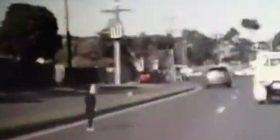 Djali i vogël po kalonte rrugën, shoferi arrin të frenon në kohë që të parandalon më të keqen (Video)