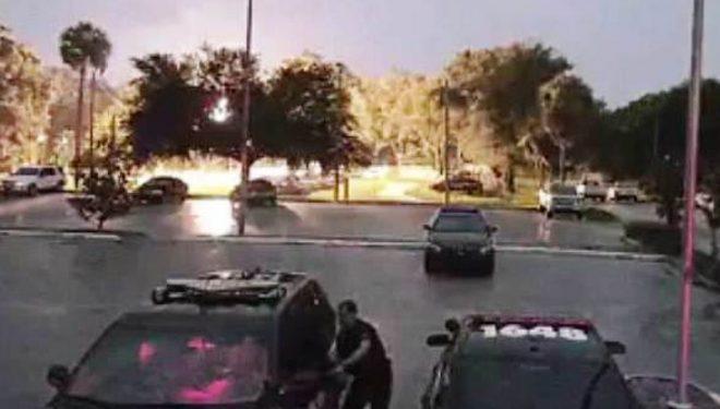 Momenti kur polici amerikan futet me urgjencë në veturë kur rrufeja godet tokën (Video)