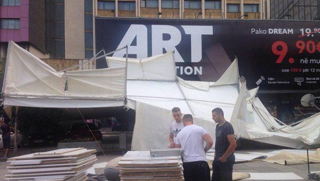 Pas erës së fortë, bien tendat tek Hotel Grandi në Prishtinë