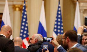 Një person i identifikuar si gazetar nxirret nga konferenca e shtypit Trump-Putin