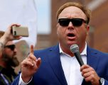 Apple, Youtube, Facebook dhe Spotify mbyllin kanalet e Alex Jones