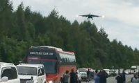 Autostrada kthehet në pistë aterrimi, aeroplanët ushtarak fluturuan mbi kokat e njerëzve (Video)