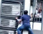 Babai i guximshëm doli përjashta ndërtesës, për ta shpëtuar të birin (Video)
