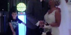 Çifti i porsamartuar po e prisnin tortën, tërë vëmendje shkoi te i biri tyre që vallëzonte në sfond (Video)