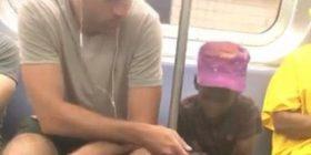 E shikonte me lakmi si luante në telefon, udhëtari ia dha vogëlushit telefonin të luante video-lojë (Video)