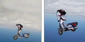 """Hidhet me parashutë nga 4 mijë metra lartësi, """"vozit"""" motoçikletën në ajër (Video)"""