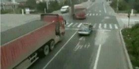 Shoferi i veturës i shpëton për një fije floku vdekjes, kamioni që transportonte rërë për pak sa nuk përfundon mbi të (Video)