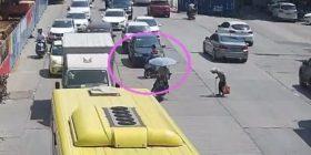I riu bllokon rrugën me motoçikletë, që të kalojë lirshëm rrugën gruaja e moshuar (Video)