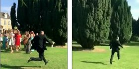 E dashura e tij i kapë lulet që i hedh nusja, i riu fillon të vrapon (Video)