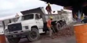 Ndodh edhe kjo, njëri punëtor mbush rimorkion me dhe tjetri e zbraz (Video)
