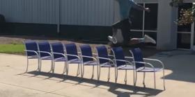 I kapërcen tetë karrige pa prekur asnjërën prej tyre (video)