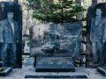 """Makina, bizhuteri dhe pije – """"dekorimet"""" e varrezave të mafiozëve rusë (Foto)"""