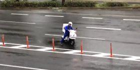 Erërat e fuqishme ia pamundësuan motoçiklistit t'i dërgonte picat te klienti (Video)