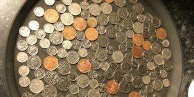 Fshehu një monedhë që të mahitet me kolegët, mënyra si veproi kamerieri i ka befasuar të gjithë (Foto)