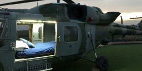 Helikopterin ushtarak që e bleu përmes internetit, e shndërroi në 'motel' të rehatshëm (Foto)