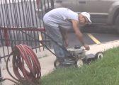 Kolegët ia largojnë tehun e makinës për prerjen e barit, reagimi i punonjësit është shumë qesharak (Video)
