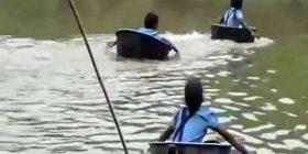 Në mungesë të urës, nxënësit e kalojnë lumin të hipur mbi tenxhere alumini (Video)