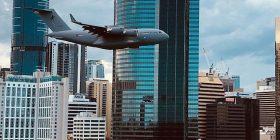 Aeroplani transportues i forcave ajrore të Australisë fluturon pak metra mbi ndërtesat e larta, qytetarët kritikojnë veprimin e pilotit (Video)