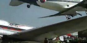 Piloti arrin ta zbret në tokë aeroplanin, duke fluturuar pak metra mbi një fluturake tjetër të parkuar (Video)