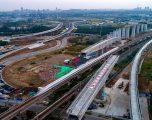 Kinezët ndërtojnë urën lëvizëse 7 mijë tonëshe, mbi të cilën do të kalojnë trenat me 250 kilometra në orë (Video)