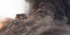 """Turisti filmon shpërthimin e vullkanit në Indonezi, i shpëton """"për një fije floku"""" gurëve gjigant që binin (Video)"""